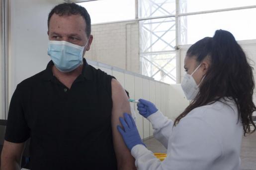 Un momento de la vacunación realizada este lunes en Ibiza.