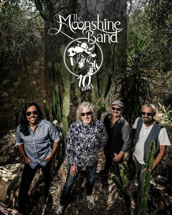 La banda The Moonshine Band, compuesta por Raúl Moya, Sean Mackey, Dennis Herman y Danilo Martínez Boerr, ofrecerá hoy a las 17.00 horas una actuación especial por el día de San Patricio.
