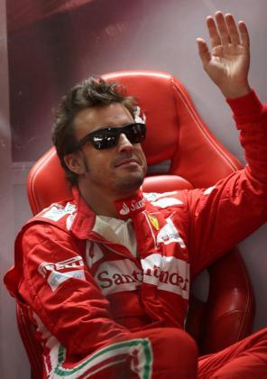 El piloto español Fernando Alonso, de la escudería Ferrari, saluda a aficionados hoy, viernes 23 de noviembre de 2012, en la primera práctica libre en el autódromo de Interlagos en la ciudad de Sao Paulo (Brasil), donde se celebrará el próximo domingo 25 la última carrera del Mundial 2012 de Fórmula Uno, el Gran Premio de Brasil.