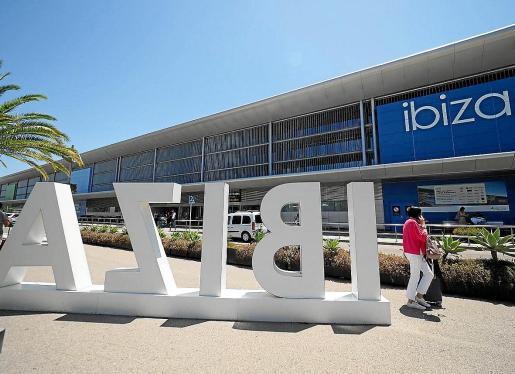 Imagen de archivo del aeropuerto de Ibiza, que verá incrementada su actividad a partir del día 25.
