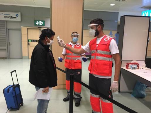 Controles en el aeropuerto de Ibiza durante la pandemia.