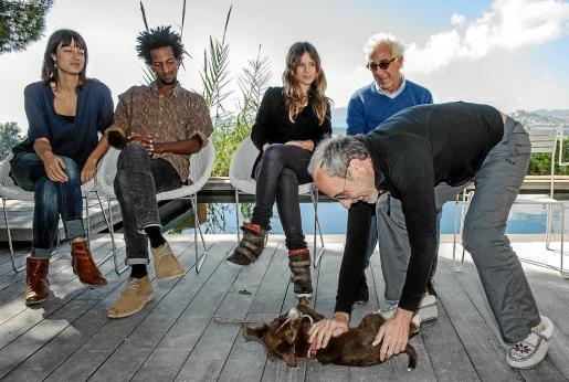 El equipo de la pelicula, ayer, en la residencia de Alain Deymier. De pie, acariciando a un perro, Eusebio Poncela.