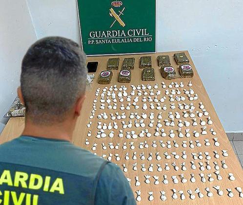Los agentes intervinieron 204 dosis de cocaína y diez pastillas de hachís.