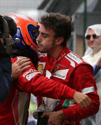 BRA148. SAO PAULO (BRASIL), 25/11/2012.- El piloto español Fernando Alonso (d), de Ferrari, abraza a su compañero de equipo, el brasileño Felipe Massa, hoy, domingo 25 de noviembre de 2012, tras consagrarse subcampeón mundial de Fórmula Uno al acabar segundo en el Gran Premio de Brasil, la última carrera del Mundial de Fórmula Uno, en el circuito de Interlagos de Sao Paulo. EFE/Marcelo Sayao BRASIL AUTOMOVILISMO GP