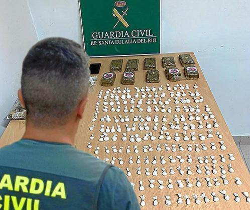 Muestrario de las 204 dosis de cocaína y placas de hachís intervenidas por la Guardia Civil.