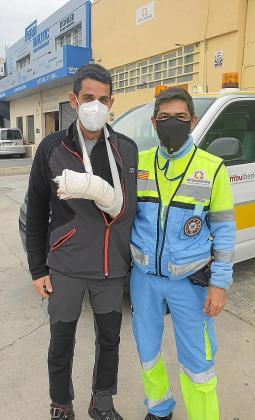 Miguel y Mario Solano (técnico), frente a la nave de Ambuibérica.