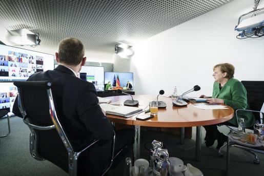 La canciller alemana, Angela Merkel, reunida con los primeros ministros federales del país.