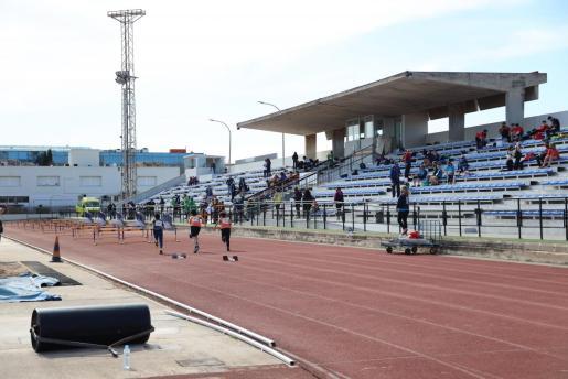Imagen de la pista de atletismo del CTEIB, con público ya en las gradas tras la entrada en vigor de la actual normativa.