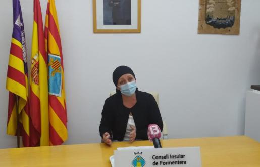 Un momento de la rueda de prensa de la presidenta del Consell de Formentera, Alejandra Ferrer.
