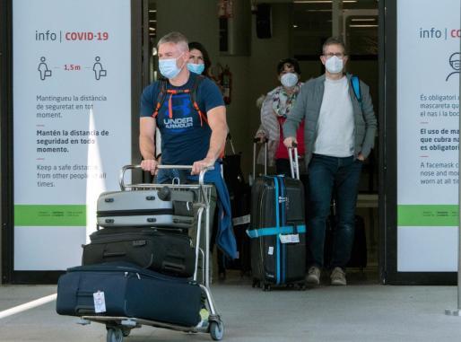 Pasajeros a su llegada este domingo al aeropuerto de Palma.