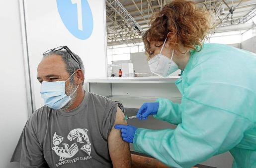 Un hombre recibe la vacuna contra la COVID-19 en el Recinto Ferial.