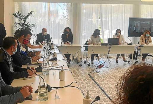 Imagen de la reunión entre los empresarios turísticos, Govern, Consells y la ministra Reyes Maroto.