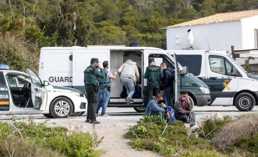 La Guardia Civil atendió, y posteriormente detuvo, a los seis inmigrantes magrebíes que arribaron a primera hora de la mañana de ayer a la costa de Sant Josep. La embarcación fue remolcada por los GEAS. El dispositivo de búsqueda continúa.