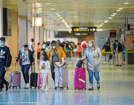 Viajeros llegando al aeropuerto de Ibiza este pasado viernes.