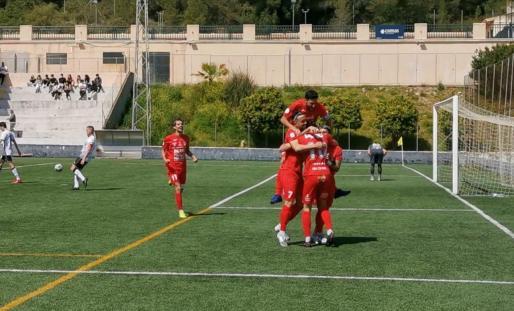 Varios jugadores del Sant Jordi celebran uno de los goles.