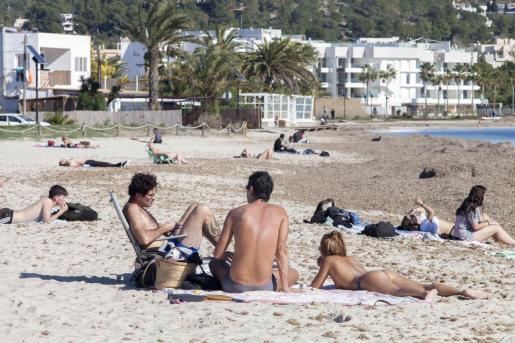 Bañistas en una playa de Ibiza.
