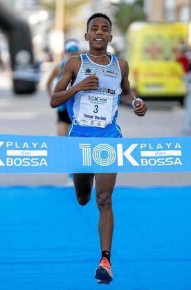 Youssef Ben Hadi cruza la meta tras completar el 10K Platja d'en Bossa en primer lugar, anteayer.