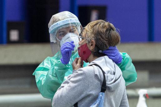 Una vecina de Ibiza se somete a una prueba de antígenos durante el cribado realizado en Vila en el mes de enero.