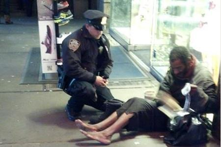 Esta es la imagen del policía calzando al mendigo.