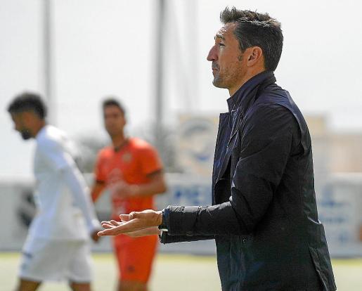 Raúl Casañ da indicaciones a sus jugadores durante el duelo contra el Atzeneta.