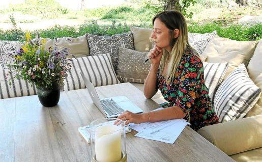 Ilaria, escribiendo en su rincón favorito.
