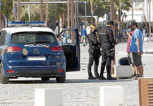 Una patrulla policial en el puerto de Vila.
