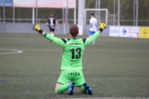 Seral celebra uno de los goles de la Peña Deportiva.