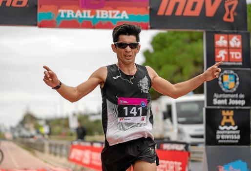 Instante en que William Aveiro cruza la meta en la prueba de 21 kilómetros.