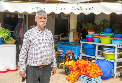 En la botiga Can Andreuet se puede encontrar prácticamente de todo: tinajas de plástico, delantales, 'senallons', butano, correo, helados y, por supuesto, comida, tanto para humanos como para animales.