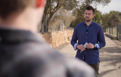 Denuncia. Imágenes del periodista alemán Sascha Winkel durante la emisión del programa en el que desveló la mala praxis del facultativo germano residente en Mallorca con las pruebas PCR.