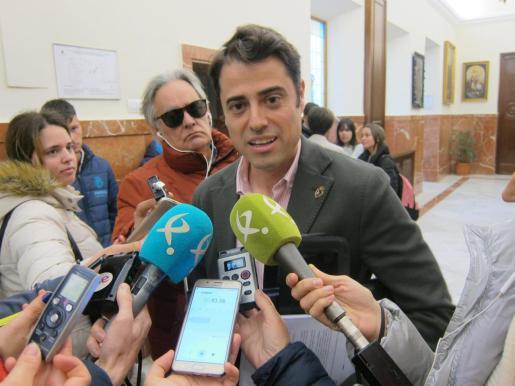 Concejal de VOX en Badajoz, Alejandro Vélez, atiende a los medios en una imagen de archivo.
