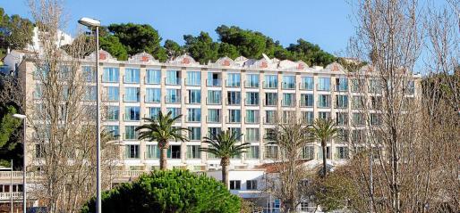 En la fachada del hotel Cala Galdana han sustituido todos los balcones por estructuras diáfanas de cristal que optimizan las vistas.