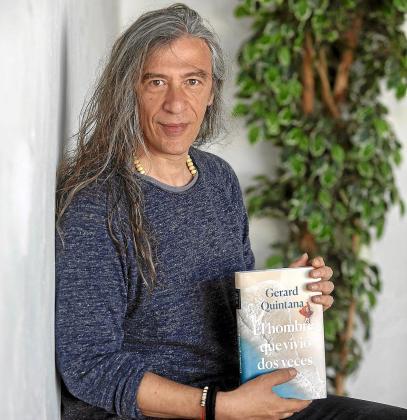 Gerard Quintana, ayer con su novela, en el porche de la iglesia de Sant Jordi.