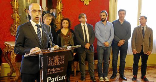 Jaime Far jura su cargo el día de su toma de posesión ante la Mesa del Parlament. Algunos de los políticos que estaban en ese organismo en la anterior legislatura se encuentran entre los fiscalizados por Far.