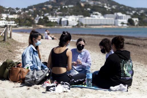 Un grupo de jóvenes en una playa de Ibiza.