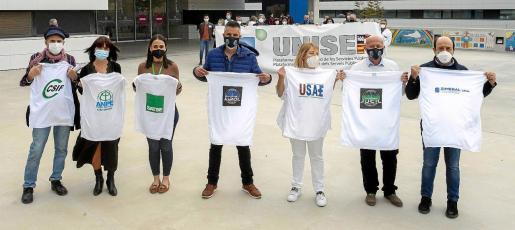 Los representantes de los sindicatos que forman parte de la plataforma Unisep posaron ayer de forma simbólica en el Hospital Can Misses.