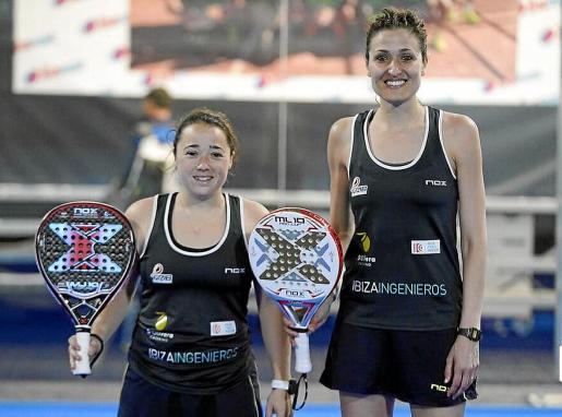 Carla Tur y Pilar Escandell posan antes de uno de sus partidos en el Adeslas Madrid Open.
