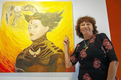 La artista argentina Nilda Ventura en el Centro Cultural de Jesús antes de la inauguración de la exposición junto a alguna de sus obras.