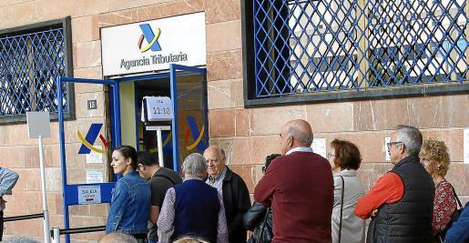 Atención presencial en junio. La atención presencial en oficinas de la AEAT en Balears se iniciará el próximo 2 de junio, con solicitud de cita previa a partir del 27 de mayo. Hacienda hará cumplir los protocolos sanitarios por la pandemia.