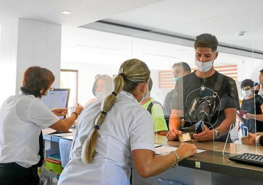 Un grupo de turistas realiza el 'check-in' en un hotel de Ibiza la temporada pasada.