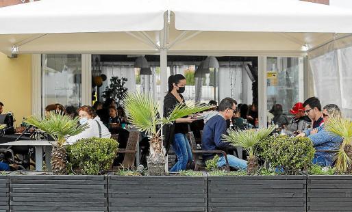 El Consell ha solicitado la preferencia en la vacunación para empleados del sector turístico como los camareros, que trabajan de cara al público y están mucho más expuestos que, por ejemplo, los cocineros, que no tienen contacto directo con los clientes.