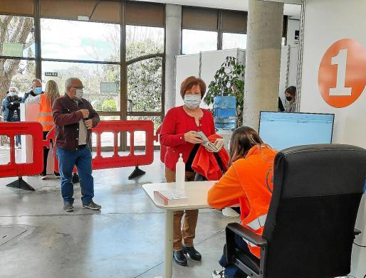 El hipódromo de Manacor abrió este jueves sus puertas como punto de vacunación masiva, de modo que ya están en marcha los cuatro grandes espacios habilitados en Mallorca, además de los centros de salud.