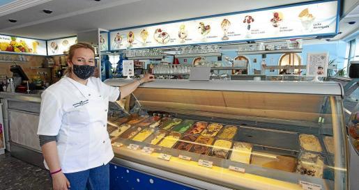 Carmen Torres Tallón regenta la heladería ubicada en los bajos de los Multicines  y su hermano David, la ubicada en avenida 8 d'Agost.