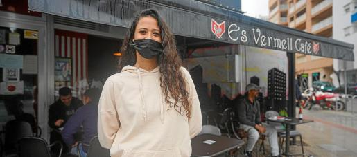 Aisha Suárez, del es Vermell Café, atendía ayer a los clientes que entraban en la terraza en un día de lluvia.