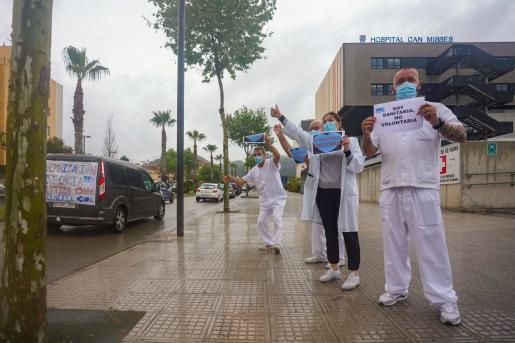 Cuatro sanitarios salieron a las puertas de Can Misses para animar y ovacionar a la larga caravana de coches que celebraron el paso a toque de claxon.