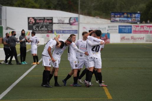 Los jugadores de la Peña celebran el gol de Nacho.