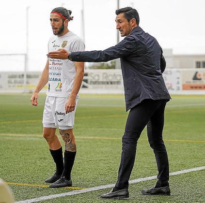 Casañ da instrucciones a Andrada durante el partido.