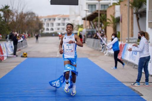 Youssef Ben Hadi cruza la meta en primera posición.
