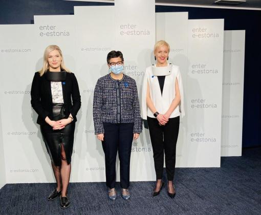 La ministra de exteriores española viaja al futuro (Estonia).  González Laya con mascarilla quirúrgica y sus anfitr… https://t.co/bhIsGJUWyU