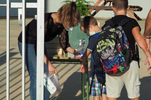 Un alumno de Ibiza se desinfecta las manos antes de entrar al colegio.